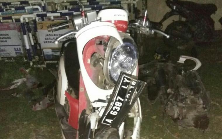 motor yang dikendarai korban ringsek usai betabrakan dengan mobil bak terbuka. (Foto: Ist)