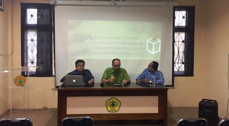 Tim peneliti laboratorium Ilmu Pemerintahan Fisip Untirta saat merilis hasil survei popularitas dan elektabilitas Bakal Calon Wali Kota dan Wakil Wali Kota Serang. (Foto: TitikNOL)