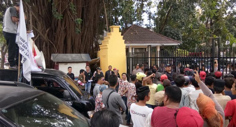 Aksi unjuk rasa sejumlah aktivis di depan kantor Dinas Pekerjaan Umum dan Penataan Ruang (PUPR) Banten di Ciceri, Kota Serang. (Foto: TitikNOL)