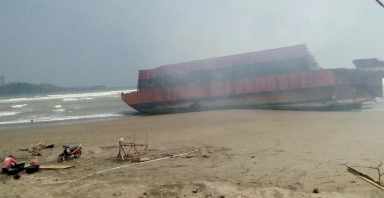 Kapal tongkang yang memuat batu bara, mengeluarkan asap yang menyengat. (Foto: TitikNOL)