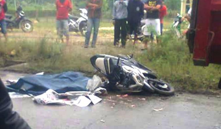 Diduga terlindas truk pasir, seorang pengendara motor tewas di ruas jalan Cirabit tepatnya di Desa Citeras, Kecamatan Rangkasbitung. (Foto: Ist)
