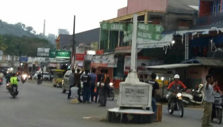 Sejumlah pemuda Bayah saat meminta sumbangan di jalan raya Bayah - Cikotok. (Foto: TitikNOL)