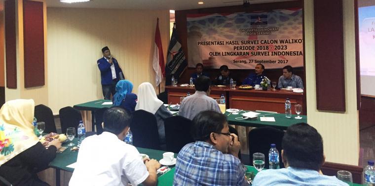 Lingkaran Survei Indonesia bersama partai DPC Demokrat saat merilis hasil survei Pilwakot Serang di Hotel Ledian, Kota Serang. (Foto: TitikNOL)