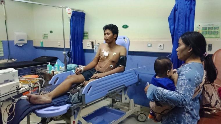 Korban penusukan saat menjalani perawatan intensif di UGD RSKM Cilegon. (Foto: TitikNOL)