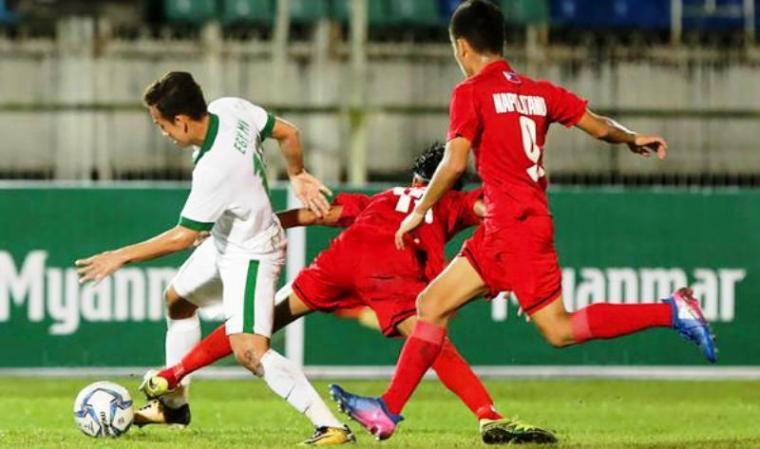 Gelandang Timnas Indonesia U-19 Egy Maulana Vikri saat dihadang dua pemain Filipina. (Dok: bola)