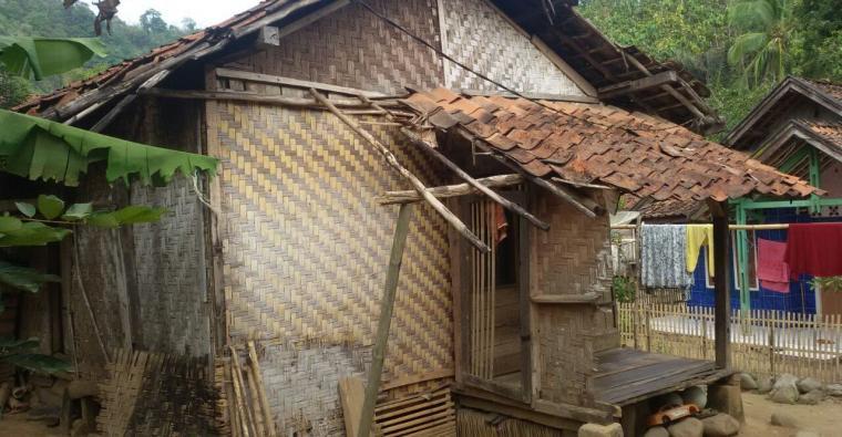 Kondisi rumah yang nyaris roboh milik Maman yang akan dibedah oleh warga setempat bersama karang taruna. (Foto: TitikNOL)