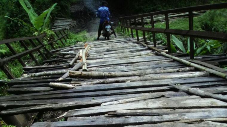 Kondisi jembatan Kampung Curug Dalung, Desa Mekarmanik, Kecamatan Bojongmanik rusak berat. (Foto: TitikNOL)