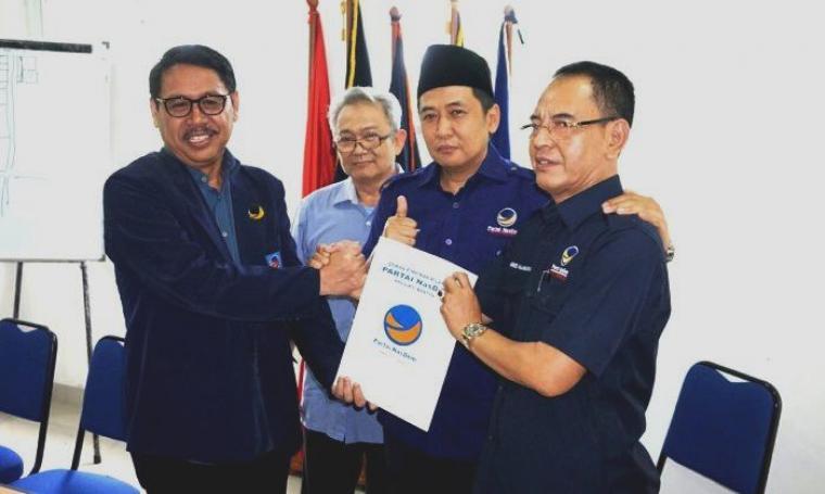 Bakal calon Wali Kota Serang Ranta Soeharta saat mengembalikan formulir pendaftaran ke DPW NasDem Provinsi Banten. (Dok: TitikNOL)
