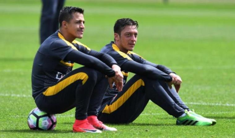 Alexis Sanchez dan Mesut Ozil. (Dok: independent)