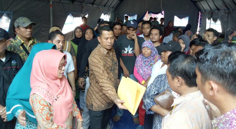 Wali Kota Cilegon, Tb Iman Ariyadi saat mengunjungi tenda pengungsian dan memberikan bantuan kepada korban kebakaran. (Foto: TitikNOL)