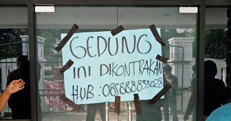 Kantor DPRD Lebak disegel aktivis mahasiswa dari Keluarga Mahasiswa Lebak (Kumala). (Foto: TitikNOL)
