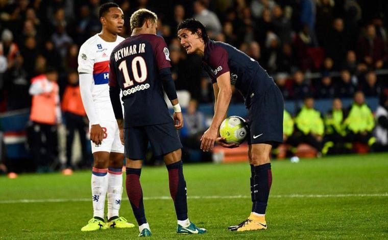 Neymar dan Cavani bersitegang saat pengambilan penalti dalam pertandingan Ligue 1 Prancis 2017/18 akhir pekan kemarin melawan Lyon. (Dok: net)