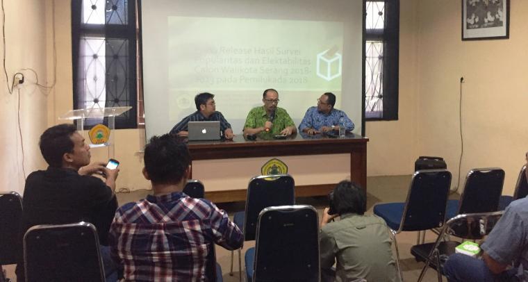 Tim peneliti laboratorium Ilmu Pemerintahan Fisip Untirta saat merilis hasil survei Bakal Calon Wali Kota dan Wakil Wali Kota Serang 2018-2023. (Foto: TitikNOL)
