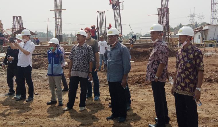 Bupati Halmahera Tengah terpilih Edi Langkara didampingi Wali Kota Cilegon, Tb Iman Ariyadi saat meninjau proses pembangunan sport center. (Foto: TitikNOL)
