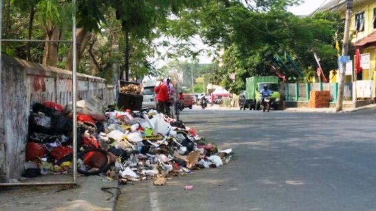 Tumpukan sampah nampak berserakan hingga ke bahu jalan. (Dok: TitikNOL)