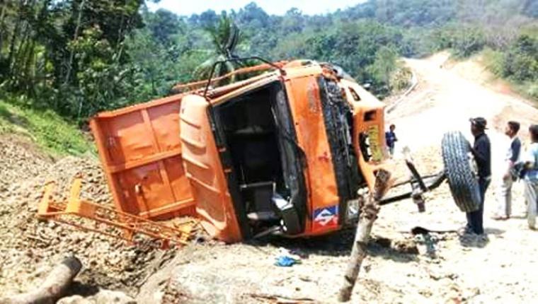 Sebuah kendaraan Dump Truck bermuatan batu terguling di ruas jalan Sajira - Muncang. (Foto: Ist)