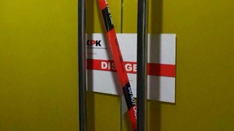 Salah satu pintu di DPMPTSP Kota Cilegon yang disegel KPK. (Foto: Ist)