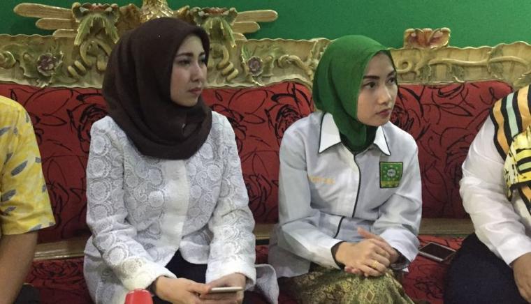 Bakal Calon Wali Kota (Bacawalkot) Serang Vera Nurlaela Jaman saat bersama pengurus partai di DPC PKB Kota Serang. (Dok: TitikNOL)