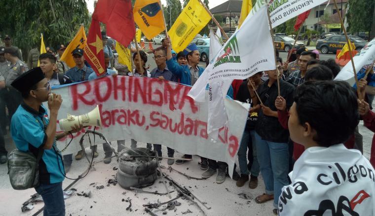 Mahasiswa peduli Rohingya saat menggelar aksi solidaritas di depan gedung DPRD Cilegon. (Foto: TitikNOL)