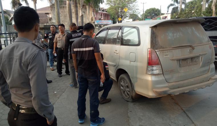 Petugas Satreskrim Polres Cilegon saat malakukan olah TKP perampokan dengan modus gembos ban. (Foto: TitikNOL)
