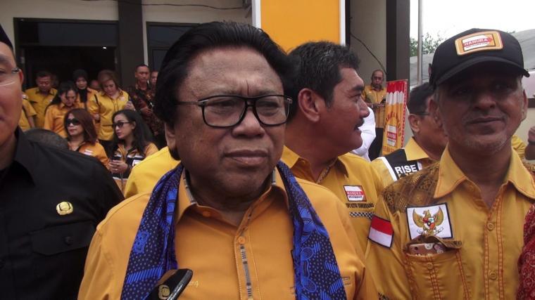 Ketua Umum Partai Hati Nurani Rakyat (Hanura) Oesman Sapta, saat diwawancarai wartawan. (Foto: TitikNOL)
