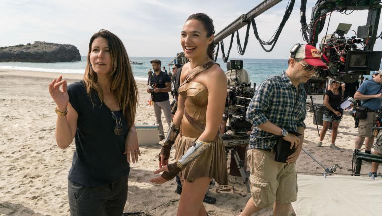 Patty Jenkins dan Gal Gadot saat membahas sebuah adegan di set Wonder Woman. (Dok: pinterest)