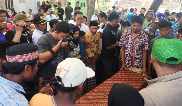 Jenazah Timong (28) binti Salwani saat tiba di rumah duka di Kampung Puyuh Koneng, Kecamatan Lebak Wangi, Kabupaten Serang. (Foto: TitikNOL)