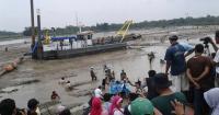 Pendamping Jamsosratu saat memberikan bantuan untuk korban banjir di Kampung Kubang, Desa Bungur Mekar, Kecamatan Sajira, Kabupaten Lebak. (Foto: TitikNOL)