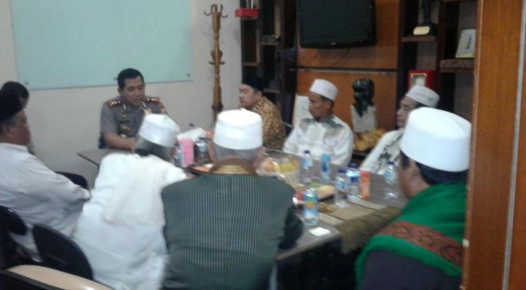 Ketua NU didampingi 9 tokoh ulama dari 6 kecamatan di Kabupaten Serang saat mendatangi kantor Kapolres Serang. (Foto: TitikNOL)
