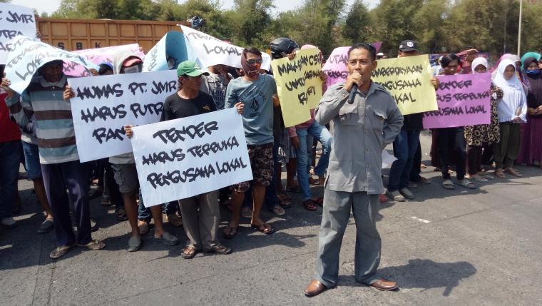 Warga Randakari, Kecamatan Ciwandan, Kota Cilegon saat melakukan aksi unjuk rasa di depan PT JMR. (Foto: TitikNOL)