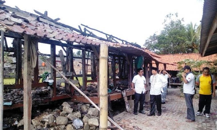 Badri Hasun, Kabid Pakis pada Kanwil Kemenag Banten saat berkunjung ke lokasi ponpes Alunian di Desa Margajaya, Kecamatan Cimarga yang terbakar malam tadi. (Foto: Ist)