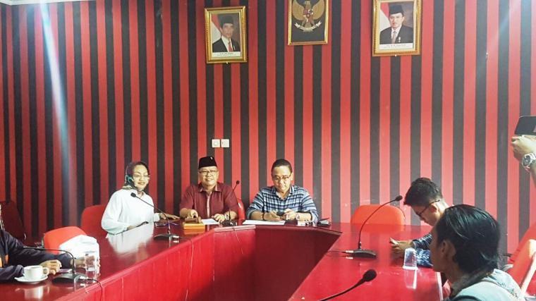 Ketua DPD PDIP Provinsi Banten Asep Rahmatullah (tengah) saat memaparkan nama-nama bakal calon kepala daerah untuk Pilkada 2018. (Foto: TitikNOL)