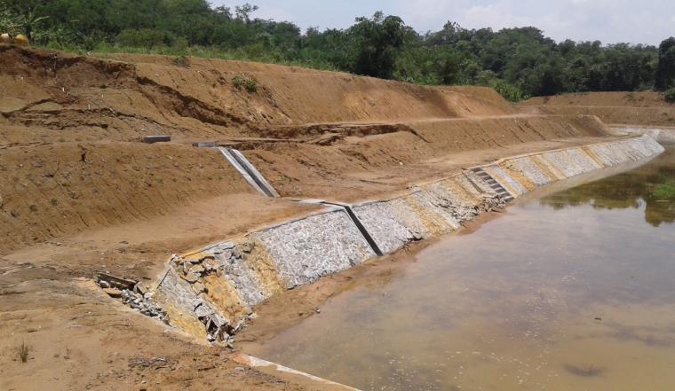 Tim Litbang TitikNOL melakukan investigasi dan penelusuran ke lokasi ambrolnya Situ, guna mengetahui dan memastikan penyebab ambrolnya Situ Ciunem. (Foto: TitikNOL)