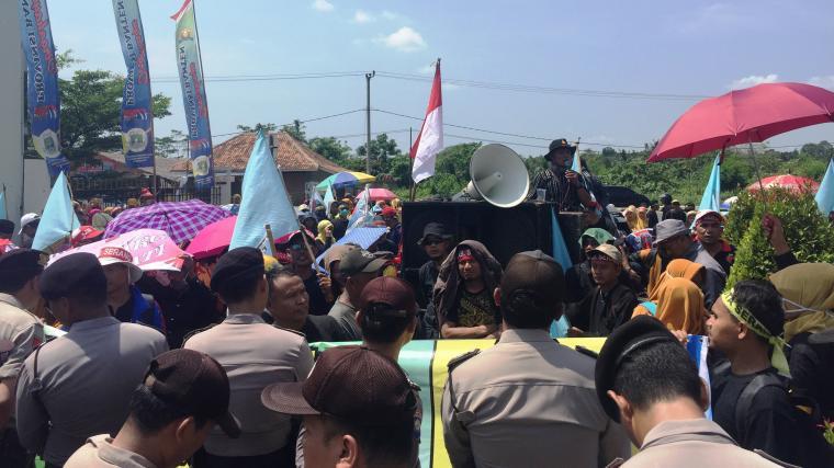 Dikawal ketat kepolisian, ratusan tenaga honorer se Provinsi Banten tengah menggelar aksi unjuk rasa di depan KP3B di Jalan Syeh Nawawi Al-Bantani Curug, Kota Serang. (Foto: TitikNOL)
