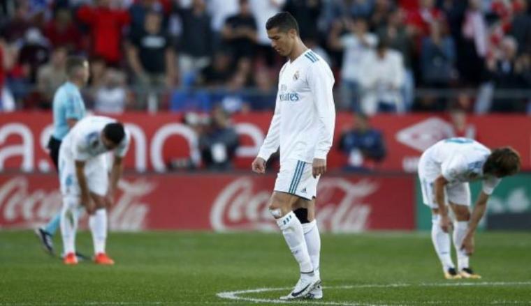 Kekalahan Madrid membbuat Cristiano Ronaldo dan pemain lainnya terlihat tertunduk lesu. (Dok: foxsports)