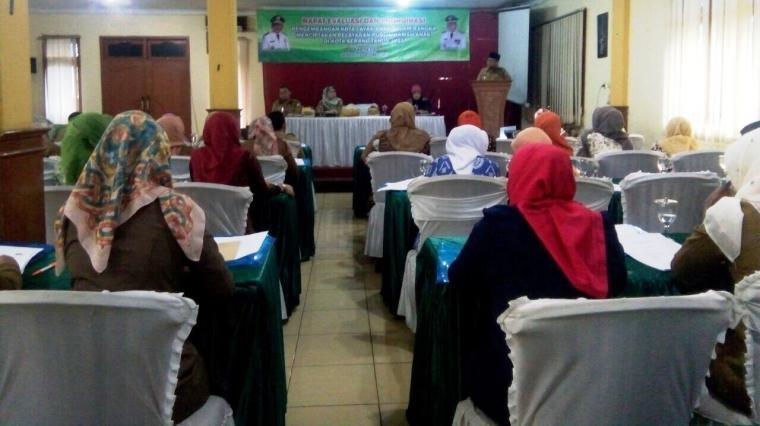 Suasana rapat kordinasi dan evaluasi ruang laik anak, di salah satu rumah makan di Kota Serang. (Foto: TitikNOL)