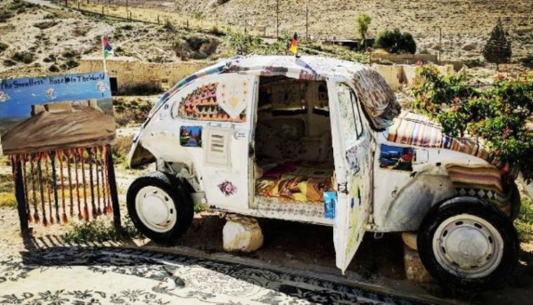 Mobil Volkswagen jenis Beetle keluaran lama yang merupakan hotel terkecil di dunia berada di Shobak, Jordania. (Dok: Instagram)
