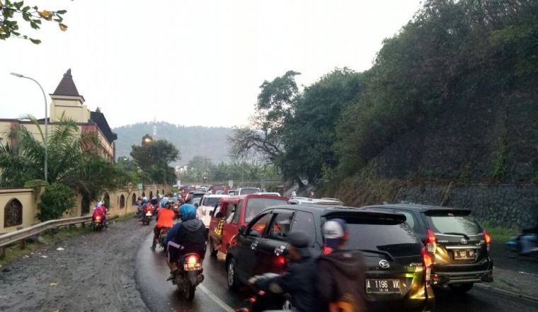 Kemacetan kendaraan menuju ke lokasi perayaan HUT TNI sudah mulai terjadi di depan Hotel Mangku Putra Merak. (Foto: TitikNOL)