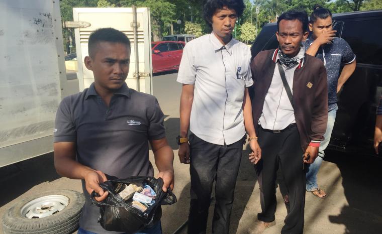 Korban memperlihatkan sisa uang yang berhasil digondol jambret. (Foto: TitikNOL)