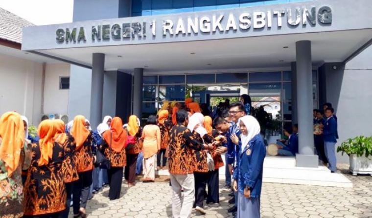 Rombongan SMAN 20 Bandung saat melakukan studi banding ke SMAN 1 Rangkasbitung, Lebak, Banten. (Foto: Ist)