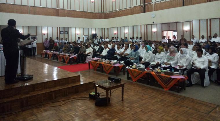 Wakil Ketua KPK Saut Situmorang, memberikan paparan dalam Rapat Koordinasi Pimpinan Daerah di Aula DPRD Kota Cilegon. (Foto: TitikNOL)