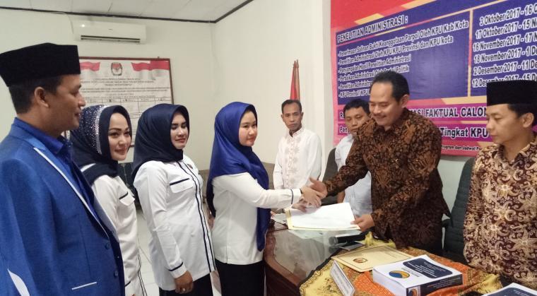 Ketua DPD NasDem Kota Cilegon Alya Sabrawi saat menyerahkan dokumen persyaratan ke Ketua KPU Kota Cilegon Fathullah. (Foto: TitikNOL)