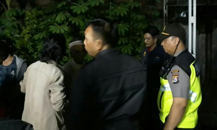 Warga dan aparat kepolisian saat mengevakuasi mayat Agus yang tergantung di pos ronda depan rumahnya. (Foto: Ist)