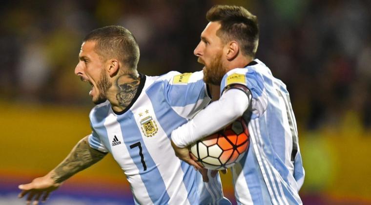 Selebrasi Lionel Messi dan Dario Benedetto usai mencetak gol. (Dok: mirror)