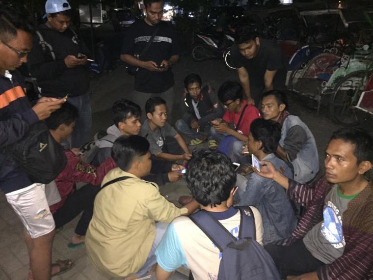 Sejumlah wartawan sedang berkumpul usai meliput aksi mahasiswa UIN Banten yang berakhir ricuh. (Foto: TitikNOL)