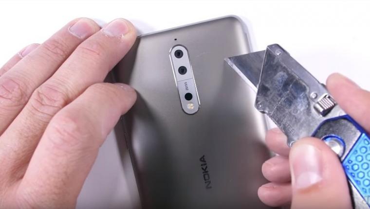 Nokia 8 di tes dengan di gores menggunakan pisau cutter. (Dok: youtube)