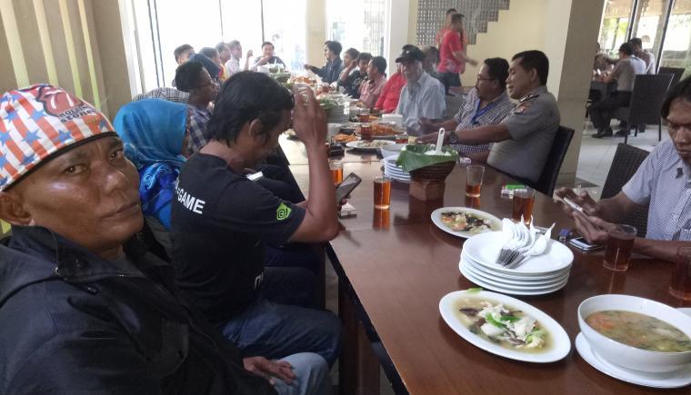 Suasana silaturahim Kapolres Serang AKBP Wibowo dengan puluhan wartawan di sebuah rumah makan di Kota Serang. (Foto: TitikNOL)