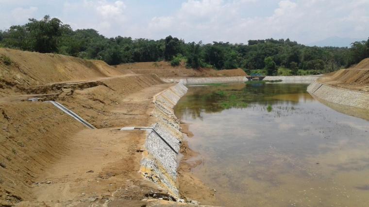 Lokasi Situ Ciunem yang sudah ambrol meski baru selesai dikerjakan. (Foto: TitikNOL)