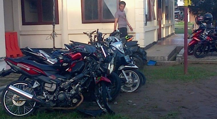 Tampak belasan barang bukti kendaraan roda dua yang berhasil diamankan di Mapolsek Malingping. (Foto: Ist)