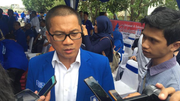 Pengurus Dewan Pimpinan Pusat (DPP) PAN Yandri Susanto saat memberikan keterangan kepqada wartawan. (Foto: TitikNOL)